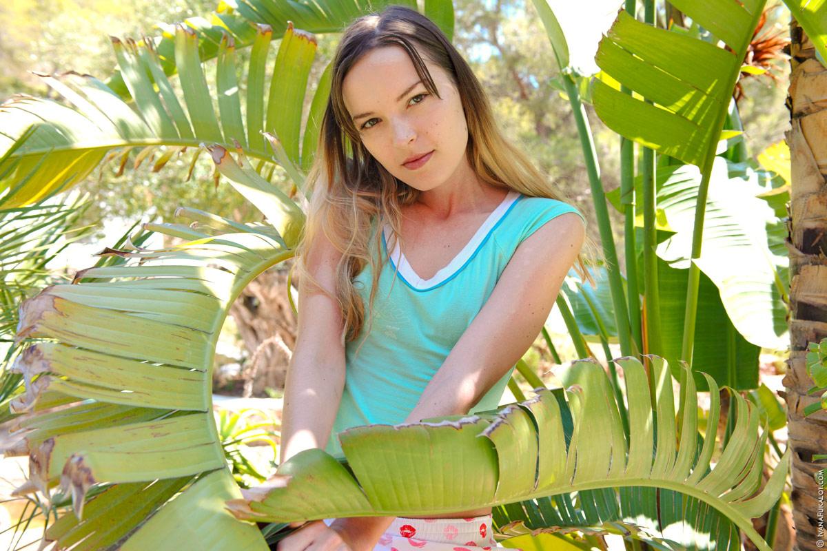 2 una rubia jovencita se desnuda por completo entre las plantas
